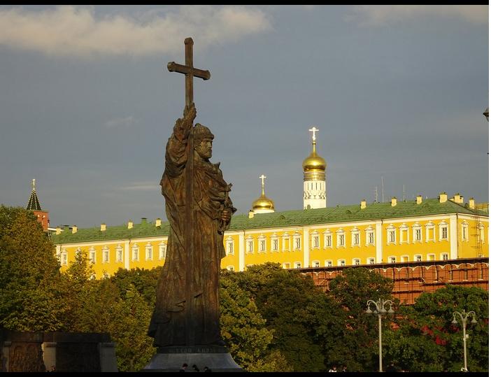 Putin. Kremlino. Statua San Vladimiro. 013